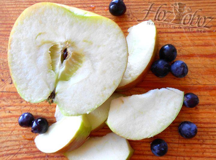 Слайсами режем яблоки и отделям ягоды винограда от веточек