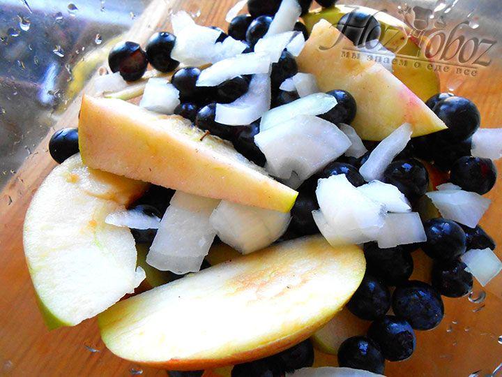 Лук соединям с подготовленными яблоками и виноградом, а затем кладем в начинку молотый перец
