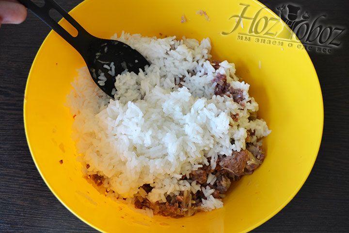 Добавляем в мясной фарш отваренный 10 минут в соленой воде рис. Мяса должно быть больше других составляющих начинки