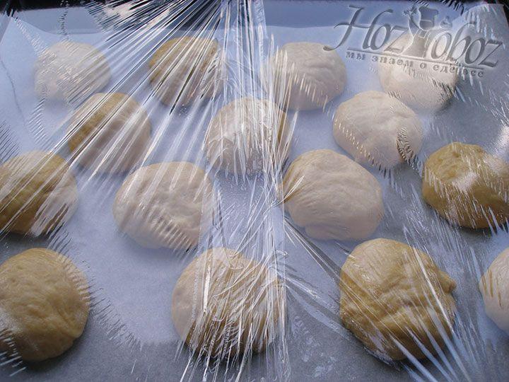 Чтобы булочки подошли следует накрыть их и оставить примерно на 30 минут в теплом месте