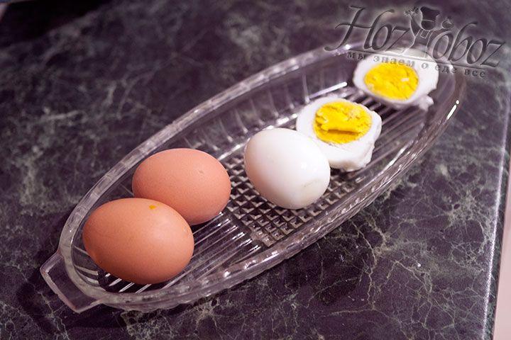 Яйца следует сварить и почистить
