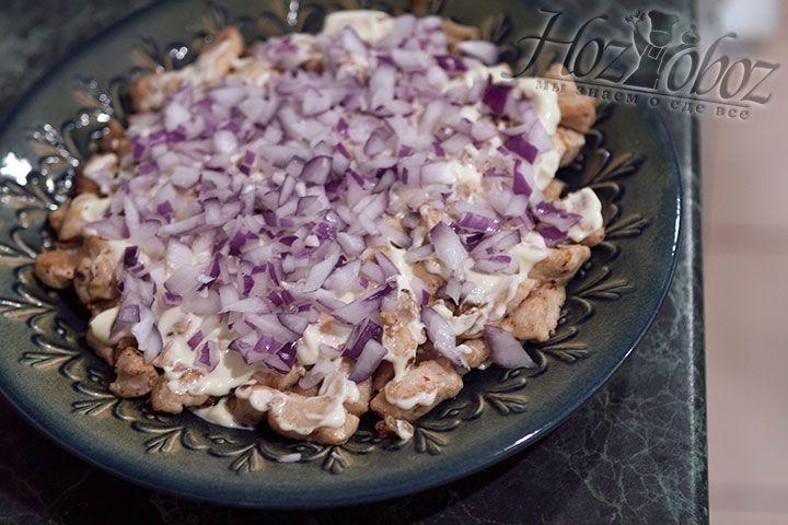 Разравниваем салат и посыпаем красным луком