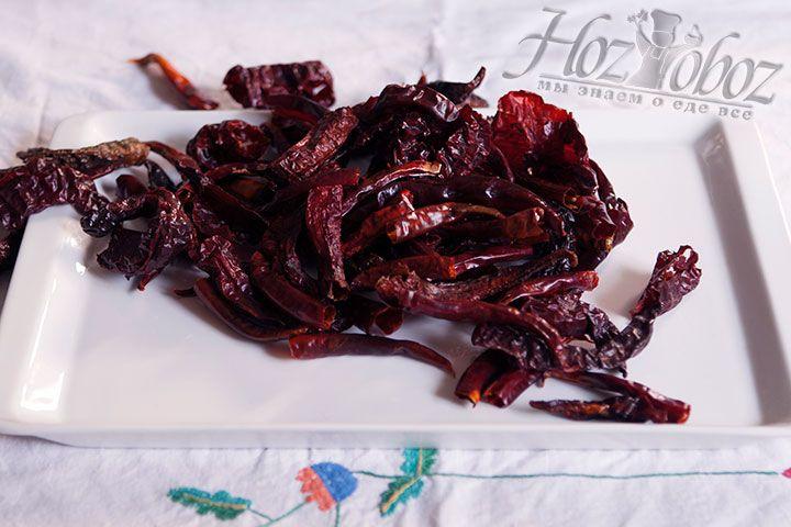 Заранее высушенный острый перец необходимо перемолоть на мясорубке