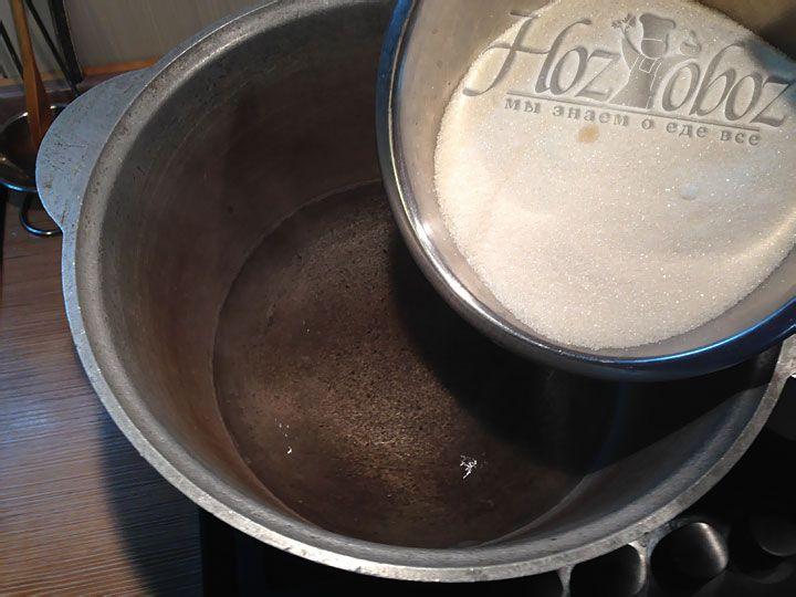 Смешиваем кипящую воду с частью сахара