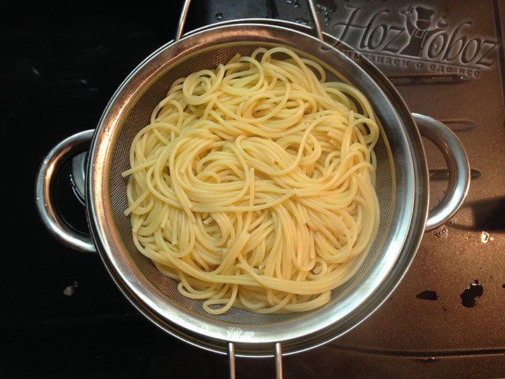 Как только спагетти сварятся отцеживаем воду