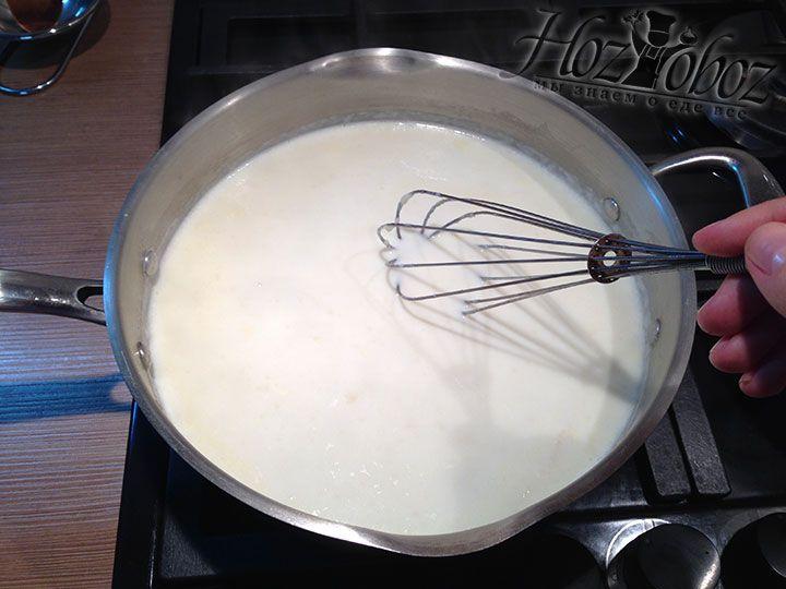 Как только комки исчезнуть выливаем остаток молока и оставляем соус увариваться на 20 минут