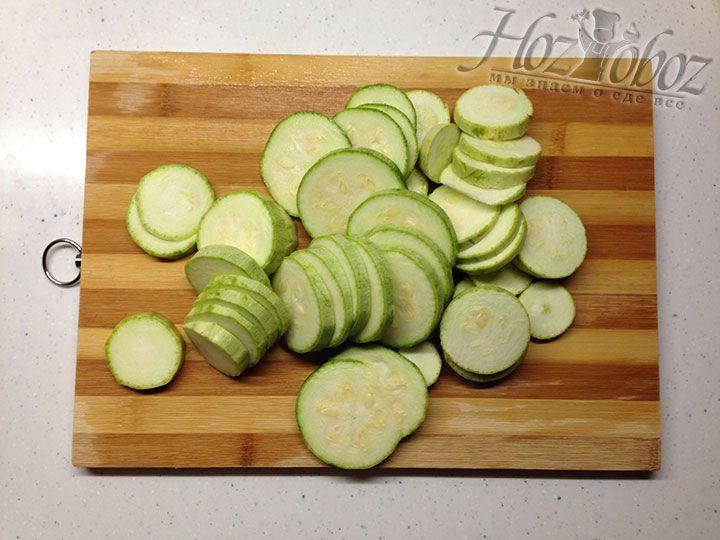 Кабачки надо помыть, отрезать корешки, после чего нарезать слайсами толщиной около 5 мм