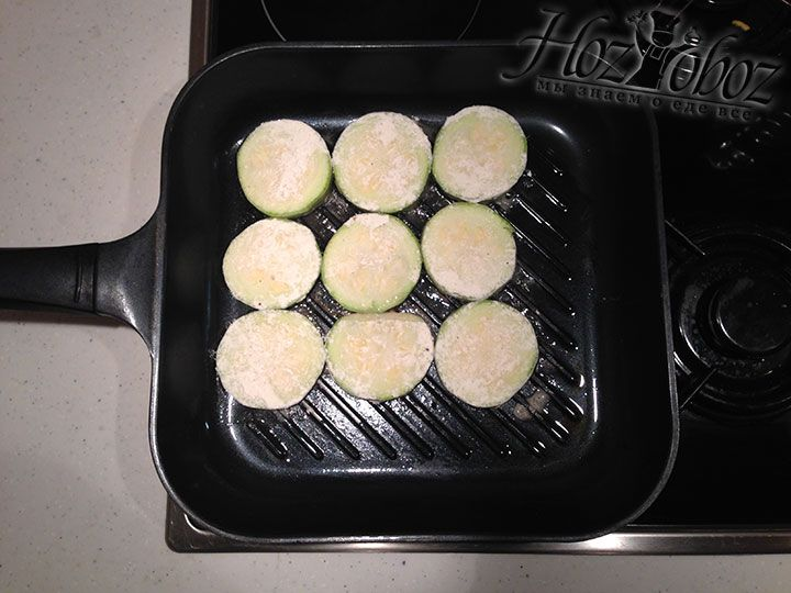 Запланированные кабачки помещаем на разогретую сковородку и обжариваем