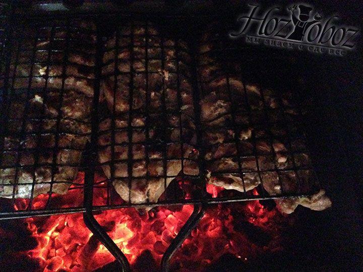 Как только жар будет готов помещаем решетку на мангал и жарим мясо в общей сложности 25 минут - половину времени с одной стороны и половину с другой