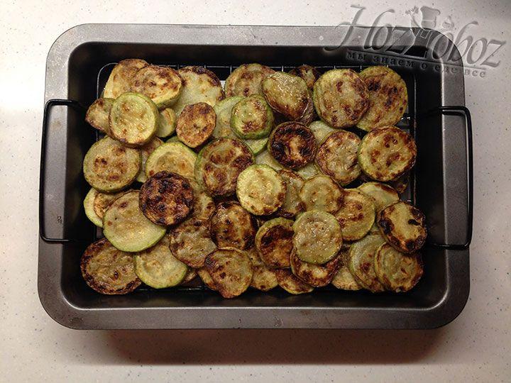 Чтобы избавится от излишков растительного масла помещаем жаренные овощи на решетку примерно на 10 минут