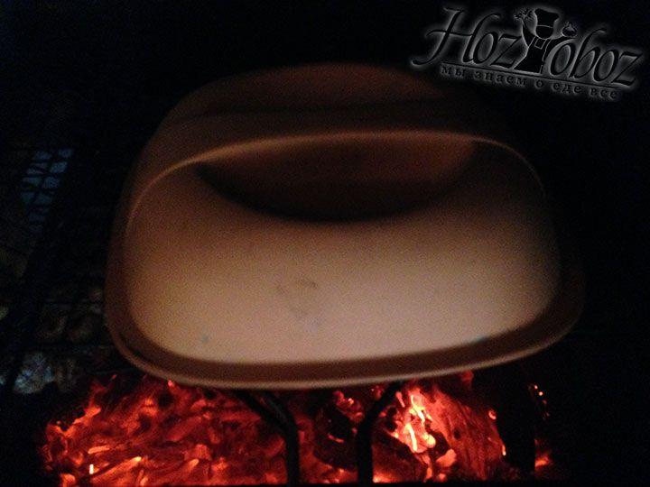 Чтобы мясо хорошо приготовилось и приобрело приконченный аромат в процессе жарки его не плохо прикрывать керамической крышкой