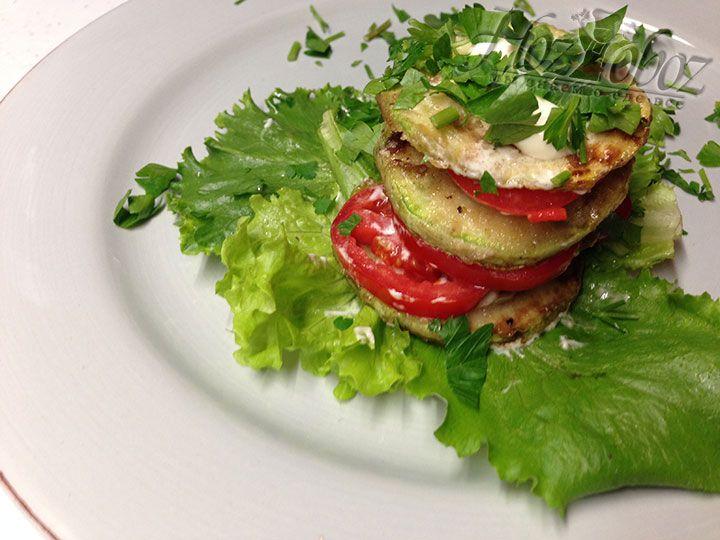 Для порционной подачи выкладываем кабачки и томаты слоями в виде башенки и перемазываем каждый слой чесночным соусом
