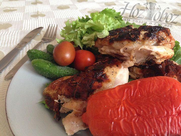 В качестве гарнира к такому блюду прекрасно подойдут печеные и свежие овощи, а также ароматные травы
