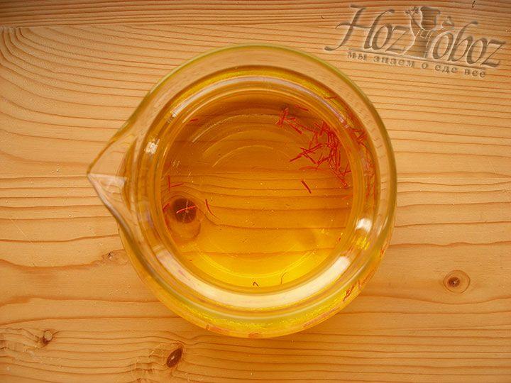 Для приготовления воды из шафрана добавляем в теплую воду или бульон сам шафран и даем настояться не менее 15 минут