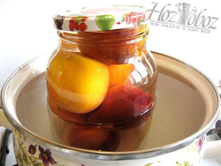 На дно большой кастрюли стелем ткань и помещаем на нее банки с фруктами. Затем в кастрюлю наливаем горячую воды, покрыв высоту банки примерно на 2/3. В кипящей воде стерилизуем компот примерно 10 минут