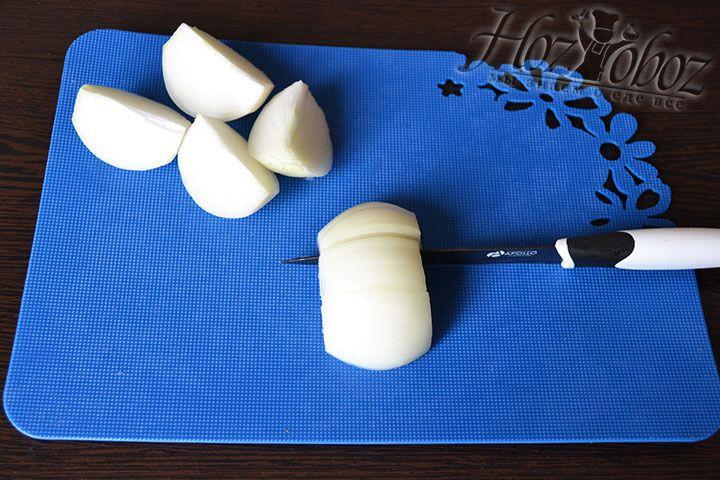 Подготавливаем к перемалыванию телятину, а также лук чистим и нарезаем дольками