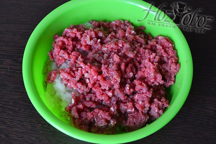 Готовим фарш из мяса и лука
