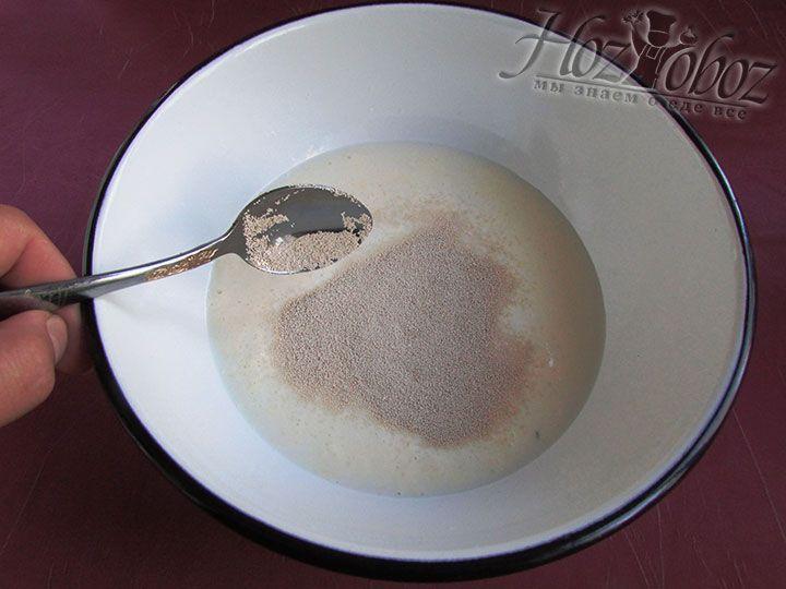 Добавляем в молоко сухие дрожжи