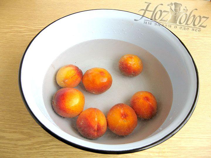 Персики моем в воде с содой