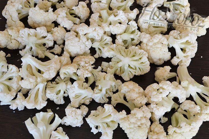 Постарайтесь разрезать головку на одинаковые по размеру соцветия - это обеспечит равномерное приготовление блюда