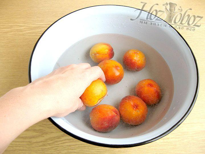 Затем уже вымытые персики хорошенько полощем под проточной водой