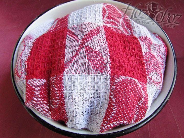 Готовое тесто накрываем полотенцем и помещаем в теплое место примерно на 1 час для увеличения размера