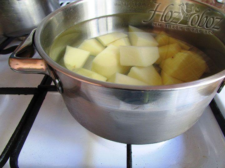 Для начинки чистим, режем и отвариваем картошку