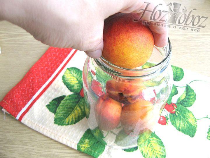 Помещаем персики в стерильные банки