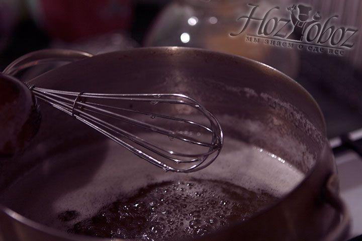Чтобы приготовить сироп в 2 кастрюли наливаем воду, примерно по 320 мл. Затем в каждую кастрюлю высыпаем в три раза больше сахарного песка. Варим сироп до основательного загустения