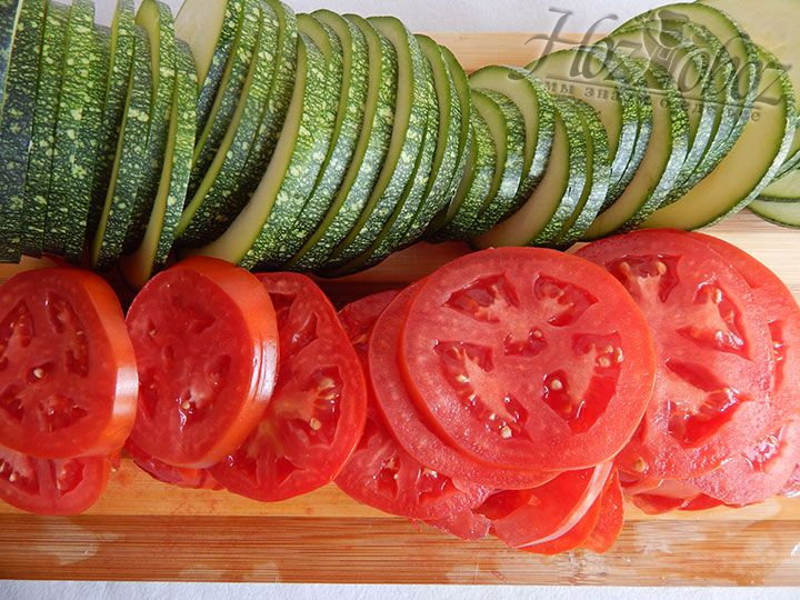 Идентичными кольцами нарезаем цукини и остальные помидоры
