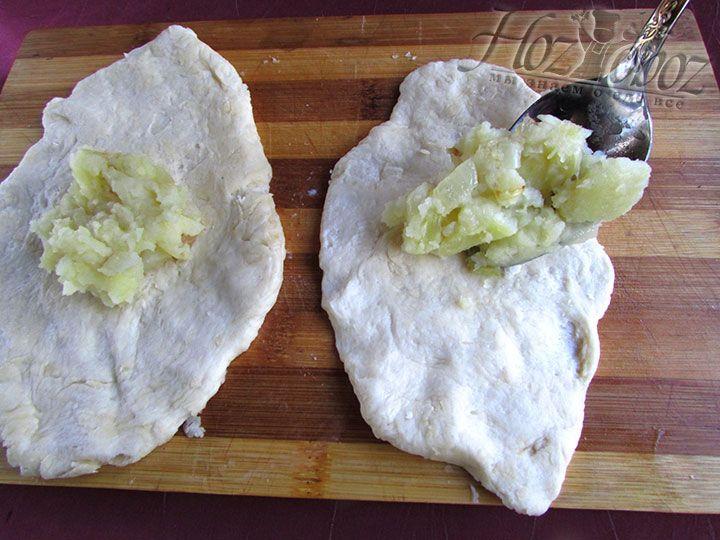 Каждый кусочек раскатываем скалкой и помещаем в середину начинку из картофеля