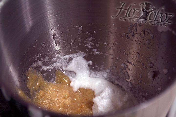 Пришло время ввести ягодно-фруктовые наполнители в две половины белкового крема