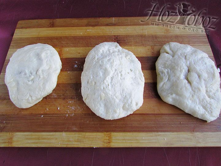 Теперь защипнем края пирожков и придадим им форму
