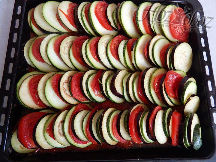 В соус выкладываем по очереди нарезанные кольцами овощи