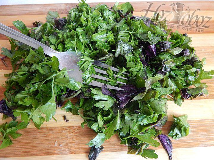 Зелень петрушки и базилик нарезаем, солим и растираем с помощью вилки