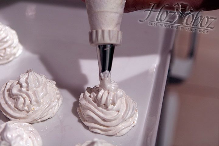С помощью кондитерского мешка порционно выкладыввем в емкость апельсиновый зефир и оставляем высыхать при комнатной температуре