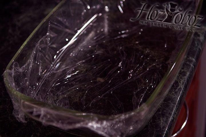 Для приготовления второго зефира выстилаем пищевой пленкой форму для выпечки