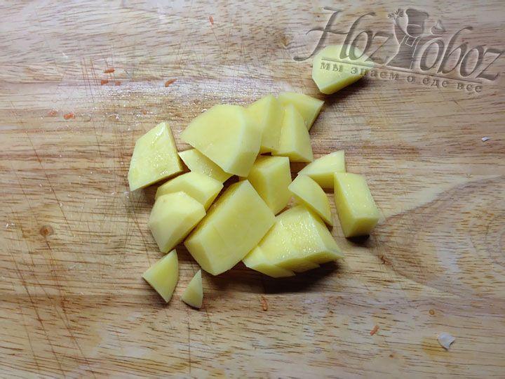 Картошку надо очистить и нарезать небольшими кусочками