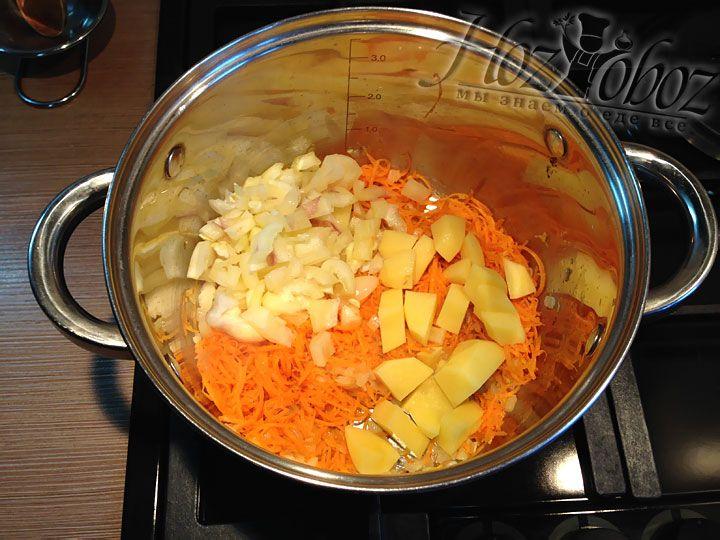 Добавляем картофель в кастрюлю к овощам