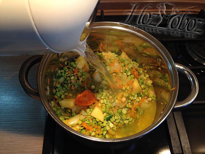 Заливаем кипяток так чтобы воды была на 1 см выше овощей