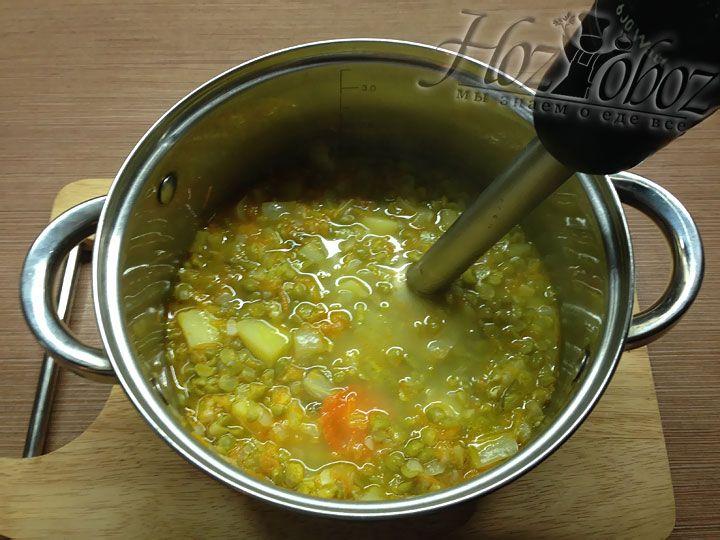 Как только приготовится горох, следует довести суп до состояния пюре с помощью блендера