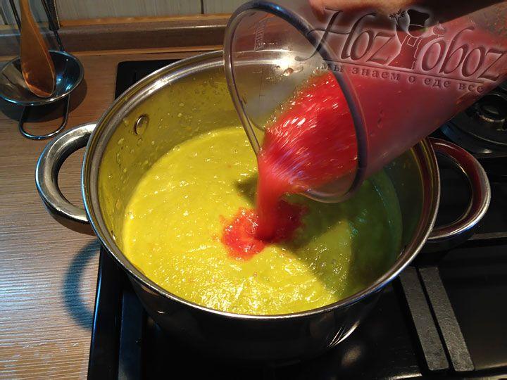 Снова ставим суп на плиту и выливаем пюрированные томаты