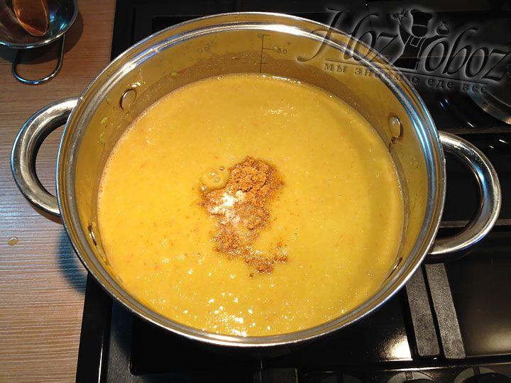 Добавляем с гороховый суп соль и специи по вкусу. Мы выбрали арабскую смесь, которую можно найти на любом рынке