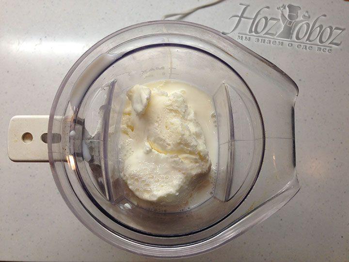 Соединяем в шейкере молоко и мягкое мороженное