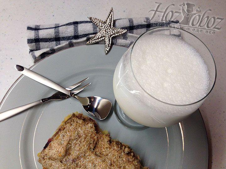 Готовый коктейль следует подавать немедленно как самостоятельный десерт или как приятное дополнение к фруктовому пирогу
