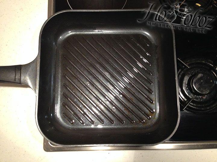 Нагреваем сковородку гриль с растительным маслом