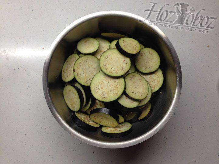 В миску помещаем вымытые и нарезанные кружками толщиной около 5 мм баклажаны