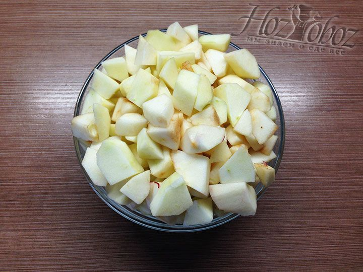 Яблоки в начинку надо очистить от кожуры и нарезать крупными кубиками