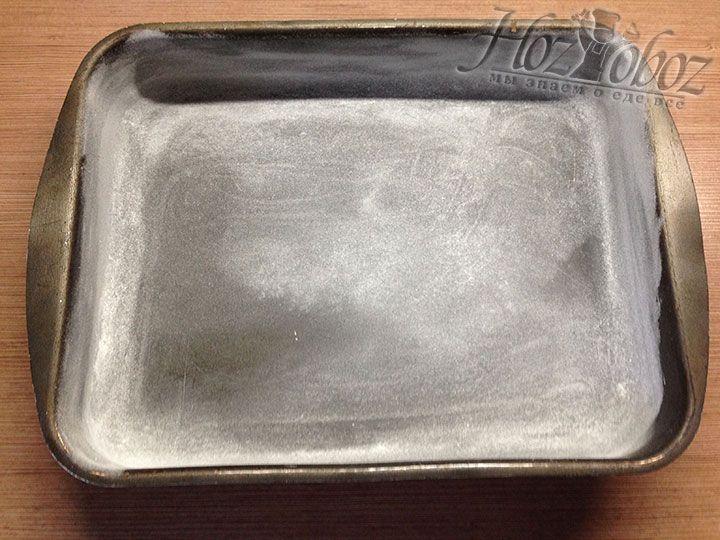 Выпекать пирог следует в подготовленной форме: смазанной маслом и обсыпанной мукой
