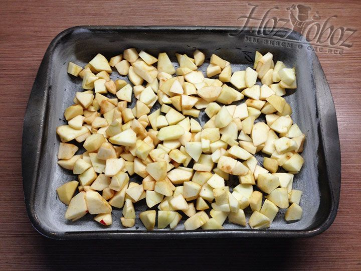 По дну формы распределяем равномерно яблоки
